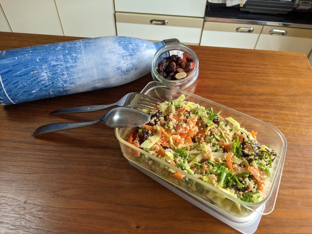 サラダとナッツと水筒