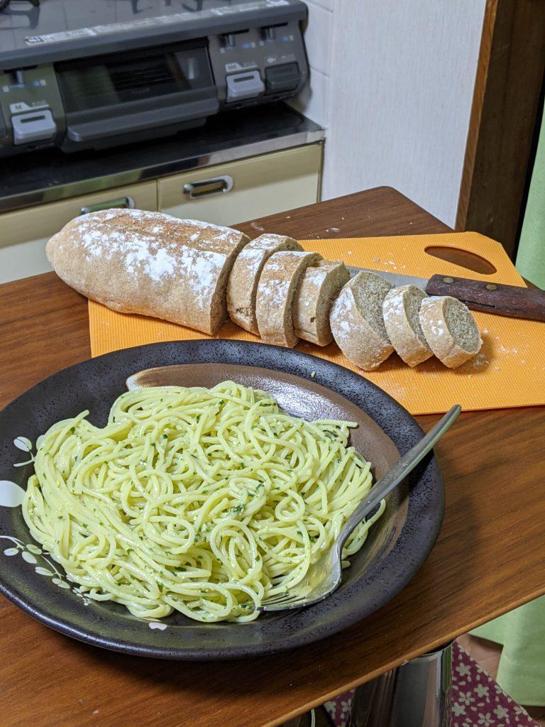 ジェノベーゼパスタとパン