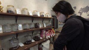 珈琲豆を前にして悩む女性