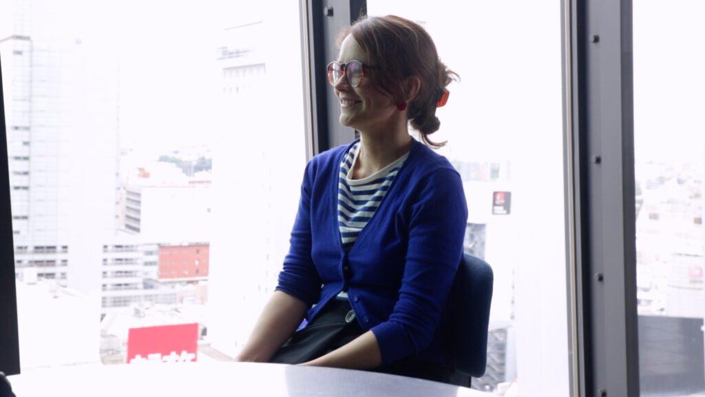 フランス人女性がインタビューをインタビューを受けている